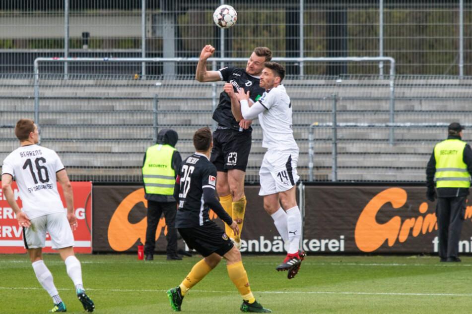 Szene von der 1:3-Pleite beim bis dato letzten Dresdner Auftritt im Stadion am Hardtwald am 13. April 2019: Florian Ballas (Nr. 23) köpft vor Tim Kister. Dieses Duell könnte es auch heute wieder geben.
