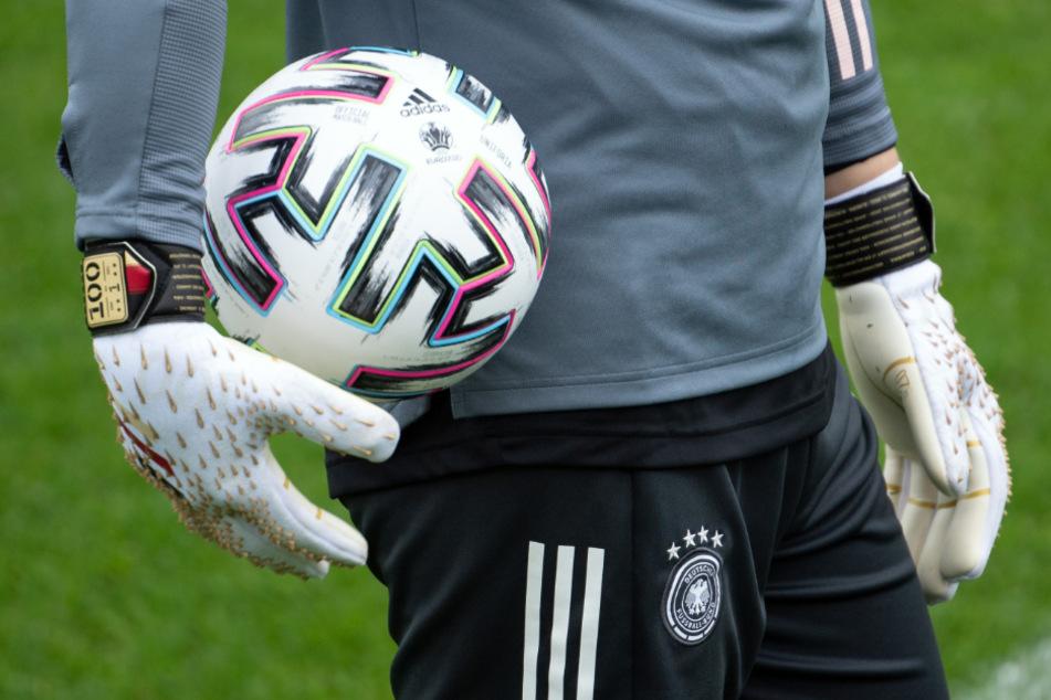 Die Torwarthandschuhe mit der 100 trägt Manuel Neuer bereits.