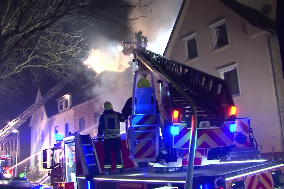 Drei Wohnhäuser gehen in Flammen auf, Feuerwehr mit Großaufgebot