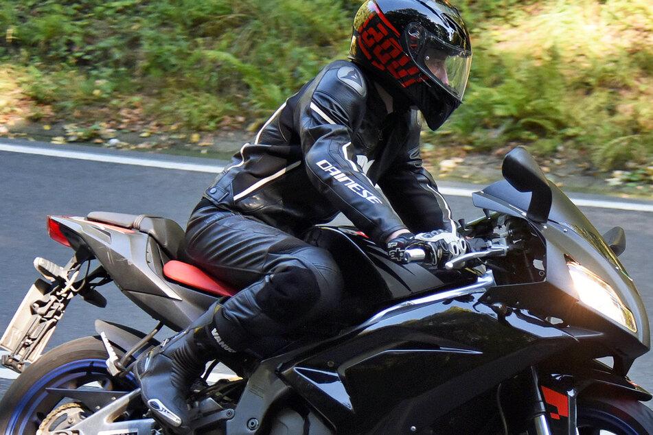 Schwerer Unfall: Motorradfahrer bleibt unter fahrendem Traktor stecken