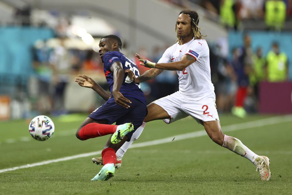 Gladbachs Marcus Thuram (23, l.) kam auch bei der Europameisterschaft zum Einsatz, schied aber mit Frankreich gegen Kevin Mbabu (26) und die Schweiz im Achtelfinale aus.