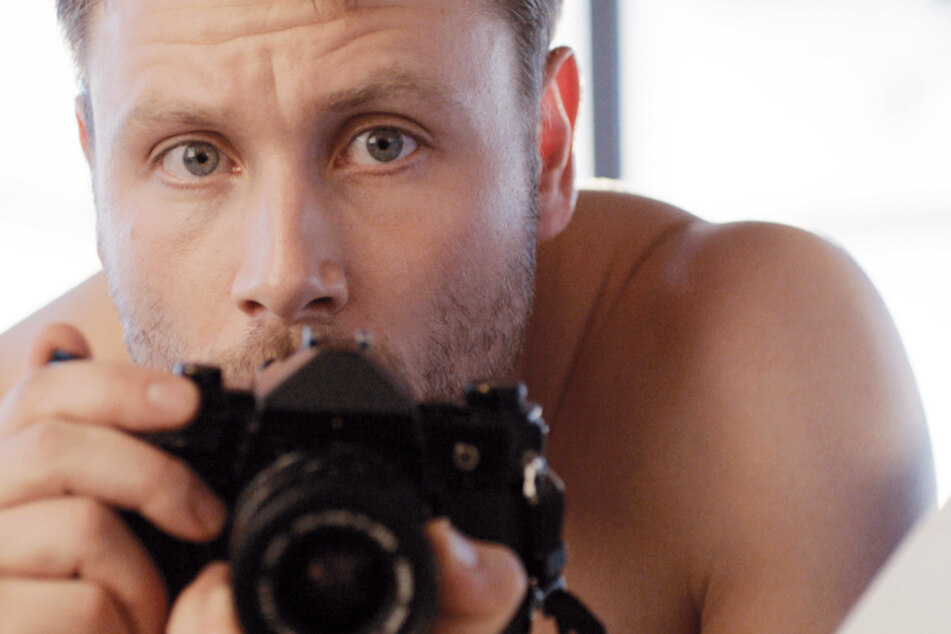 Markus (Max Riemelt) macht unter anderem im Schwimmbad Fotos von kleinen Jungs...