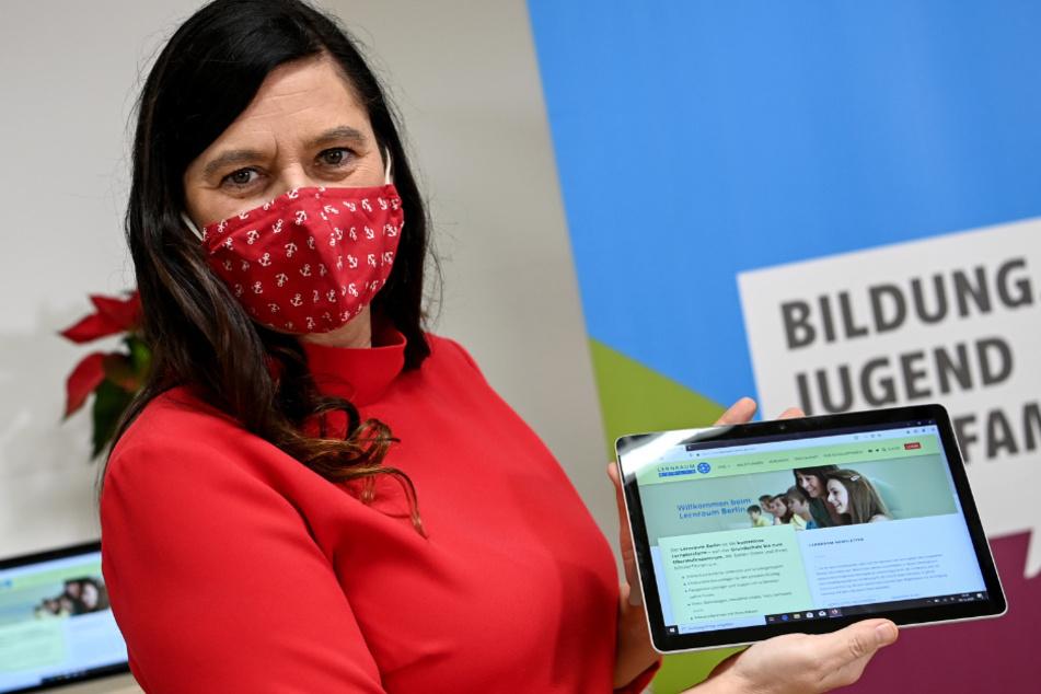Sandra Scheeres (SPD), Bildungssenatorin in Berlin, präsentiert einen Laptop, den sie an den Schulleiter des Oberstufenzentrum Informations- und Medizintechnik (OSZ IMT) anschließend übergab.