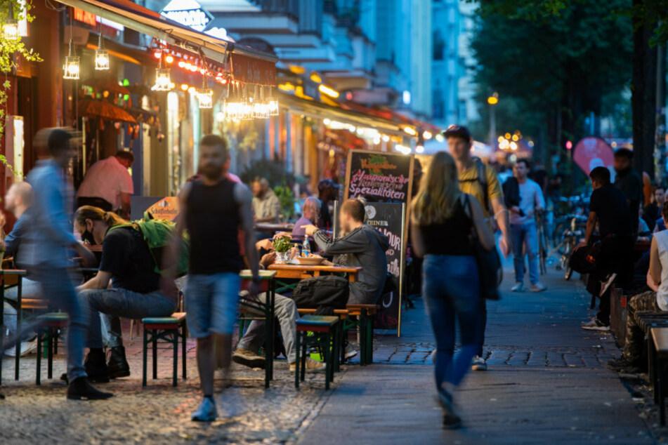 Menschen sitzen in Restaurants und Bars in Friedrichshain.