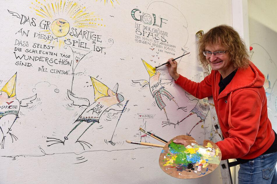 """Zeichner Kay """"Leo"""" Leonhardt (54) lässt an den Wänden Sprüche los und Vögel flattern."""