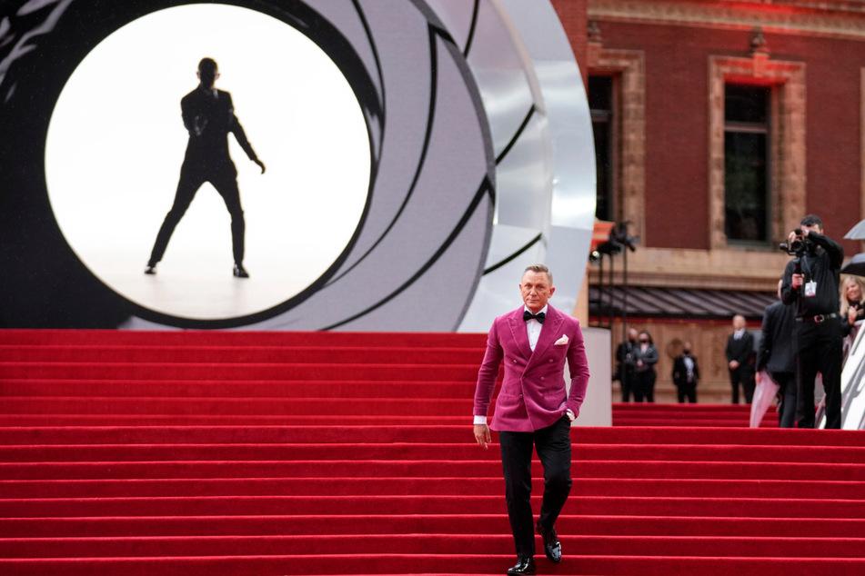 Auf dem roten Teppich kommt James-Bond-Darsteller Daniel Craig (53) im roten Jackett zur Weltpremiere in der Royal Albert Hall.