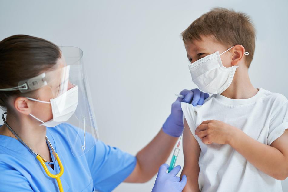 Inzwischen können auch Kinder ab 12 Jahren geimpft werden. Experten hoffen, dass jetzt nach den Ferien im Osten die Impfquote steigt. (Symbolbild)