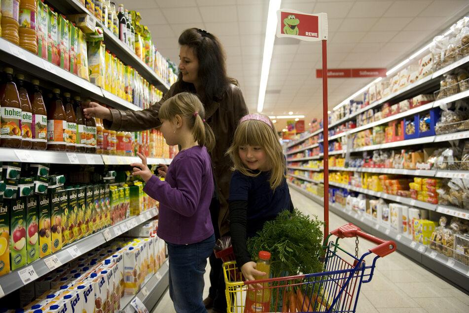 Menschen beim Einkaufen in einem Supermarkt.