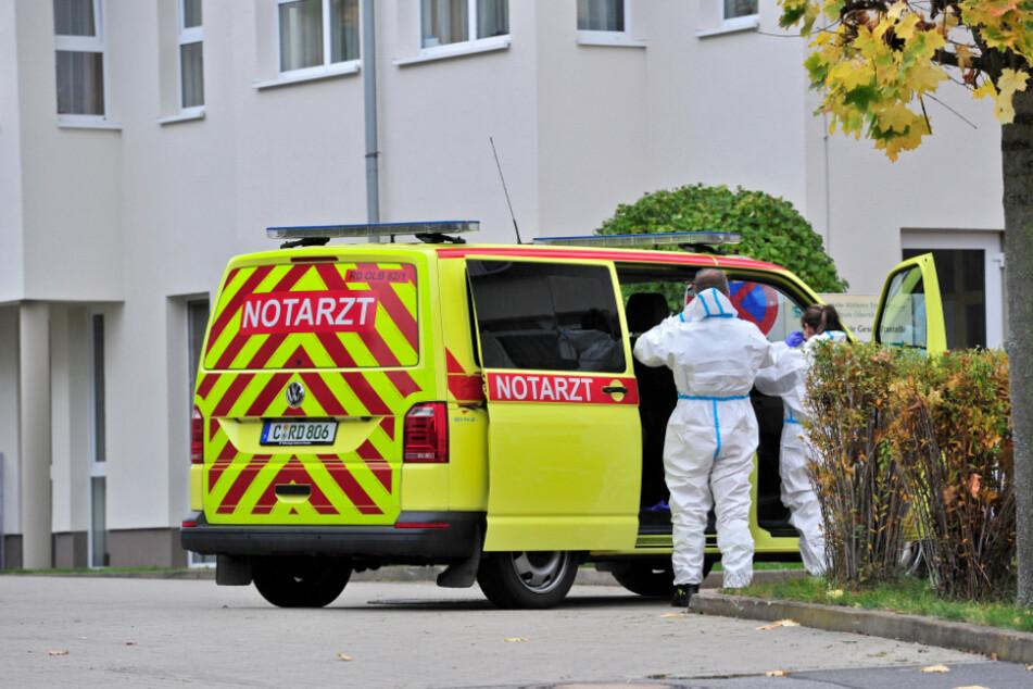 Vor dem Kurzbesuch von Glöckner fährt ein Notarzt-Wagen am Seniorenzentrum vor. Mitarbeiter steigen aus und ziehen Vollschutz an.