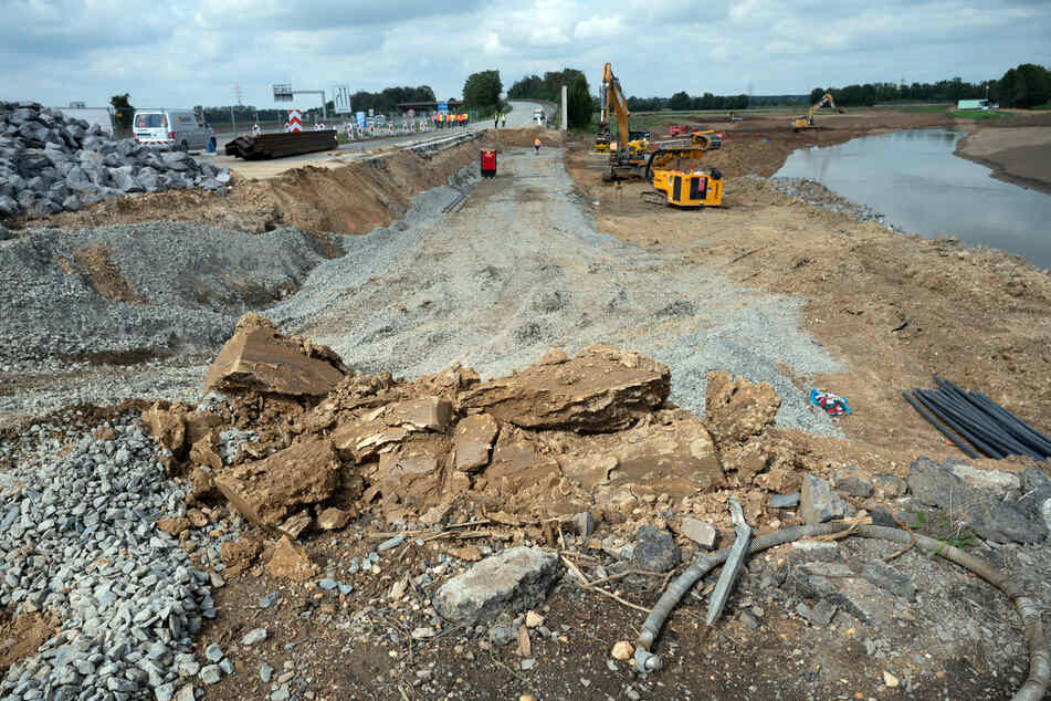 Über Wochen arbeiteten Baumaschinen an der Autobahn A1 bei Erftstadt, um die weggespülte Fahrbahn wieder aufzubauen.