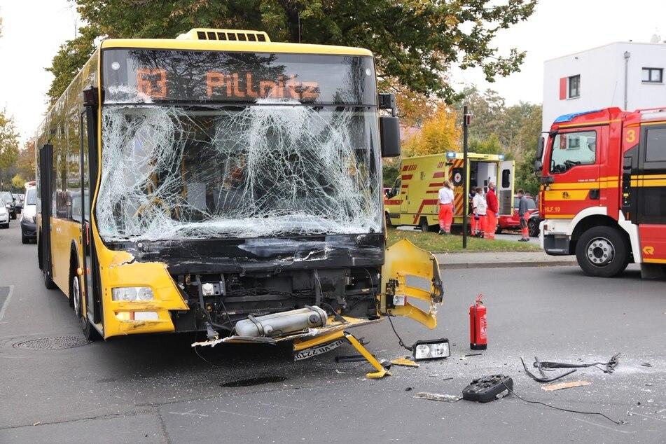 Die völlig demolierte Front des DVB-Linienbuses.