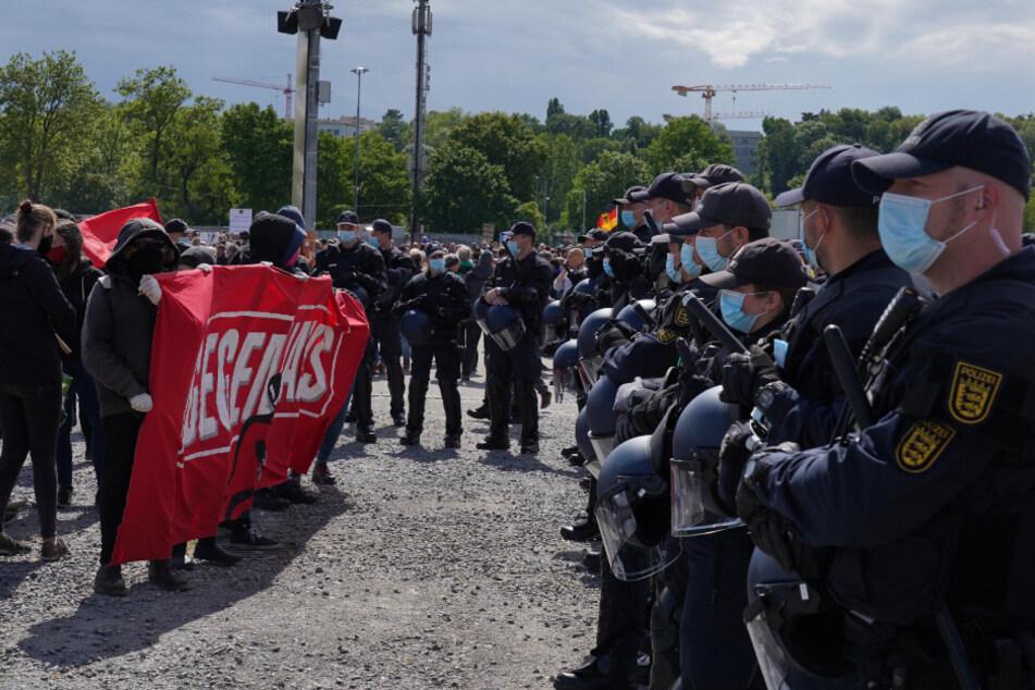 Demonstranten stehen den Polizisten gegenüber.