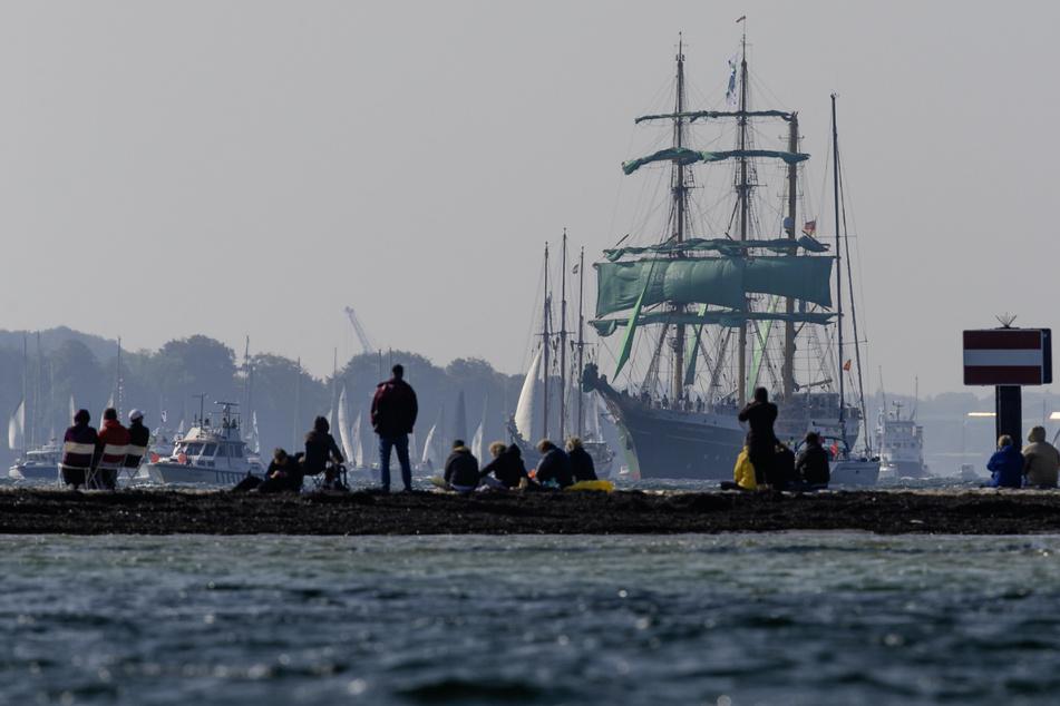 Die Windjammer-Parade der Kieler Woche lockt immer zahlreiche Zuschauer an.
