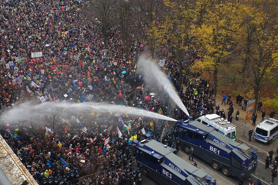 """Die Polizei setzt bei einer Anti-Corona-Demo am 18. November 2020 am Brandenburger Tor unweit des Reichstagsgebäudes Wasserwerfer ein. Am Pfingstwochenende sollen in Berlin erneut mehrere große """"Querdenker""""-Demos stattfinden."""