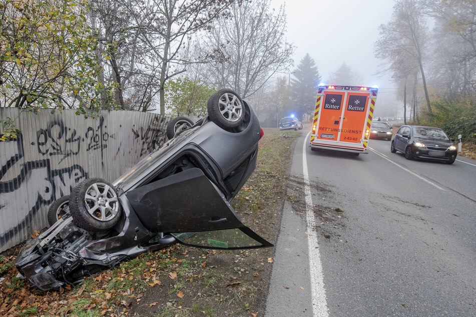 Schwerer Unfall nahe der A4 in Erfurt: Ein Opel-Fahrer kam in einer Kurve von der Straße ab und überschlug sich mit seinem Fahrzeug.