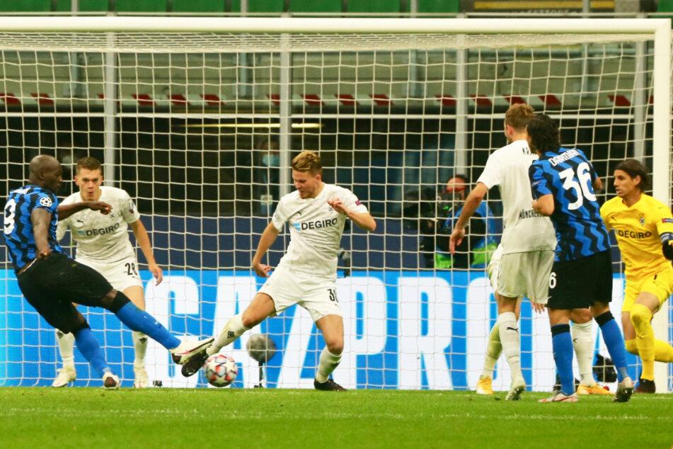 Sturmtank Romelu Lukaku (l.) schießt Inter in dieser Szene mit 1:0 in Führung.