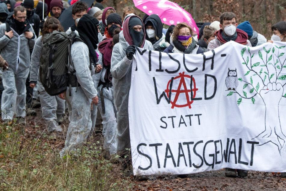 Das Foto vom Sonntag zeigt protestierende Aktivisten im Dannenröder Forst.