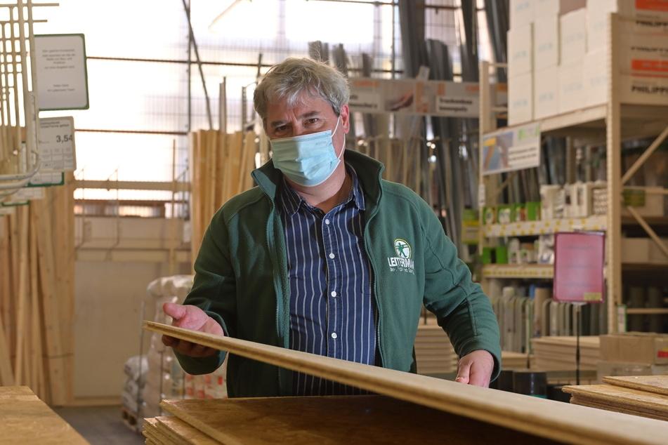 Baustoffe wie OSB-Platten sind aktuell schwer gefragt - Marktleiter Andreas Kunze (57) darf weiterhin damit frei handeln.