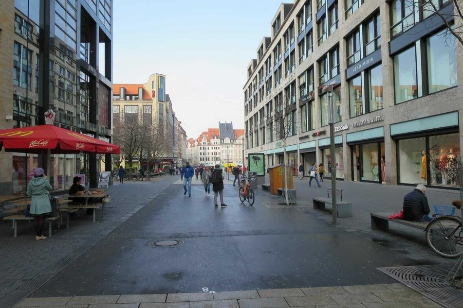 Blick auf die Petersstraße: Wo sonst Hunderte Menschen unterwegs sind, sind es aktuell wenige Handvoll.