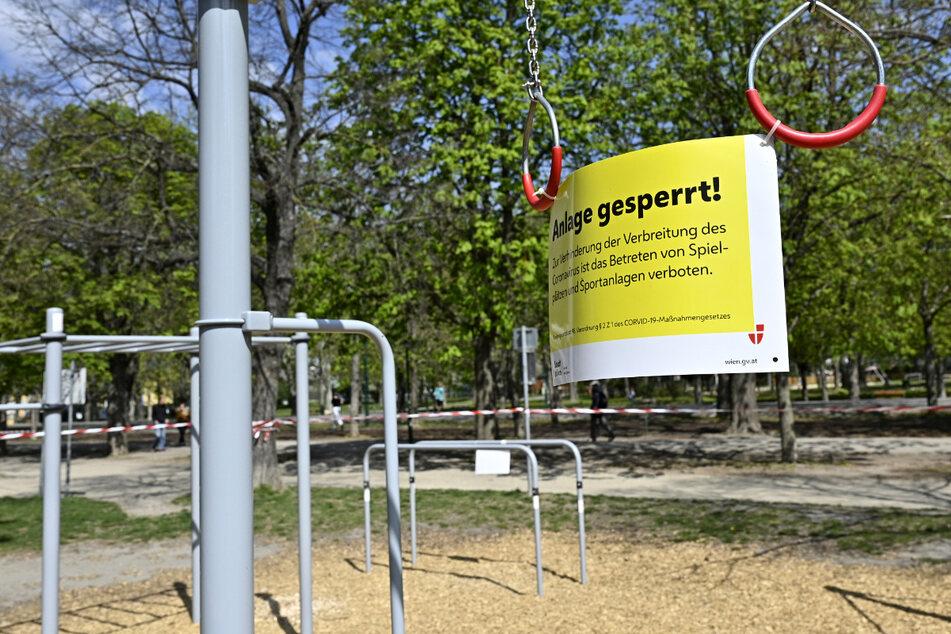 """Ein Schild mit der Aufschrift """"Anlage gesperrt"""" hängt an einer Sportanlage in der Prater Hauptallee in Wien während der Ausgangsbeschränkungen zur Eindämmung des Coronavirus'."""