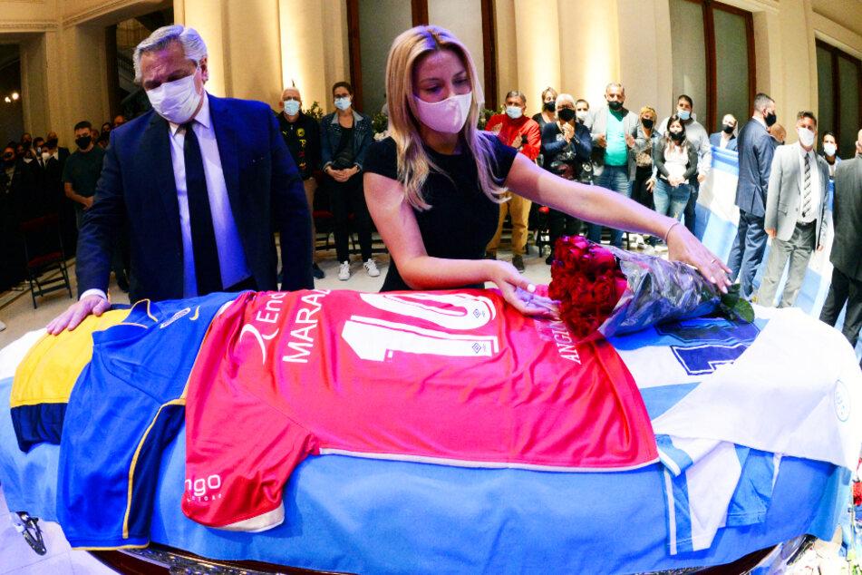 Widerlich! Drei Bestatter machen Foto mit Maradona-Leiche und sorgen für Entsetzen