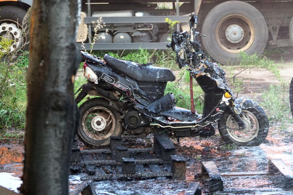 Ein Motorrad ist bei dem Brand komplett abgebrannt.