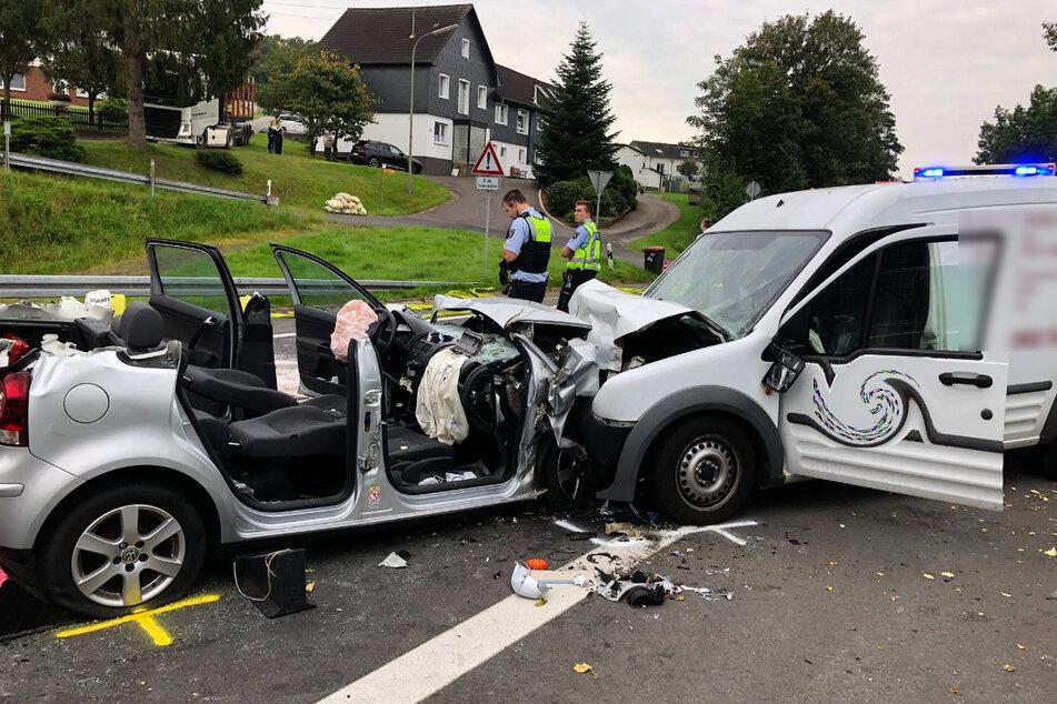 Ein Kleintransporter ist in Kürten-Laudenberg frontal mit einem VW Polo zusammengestoßen.