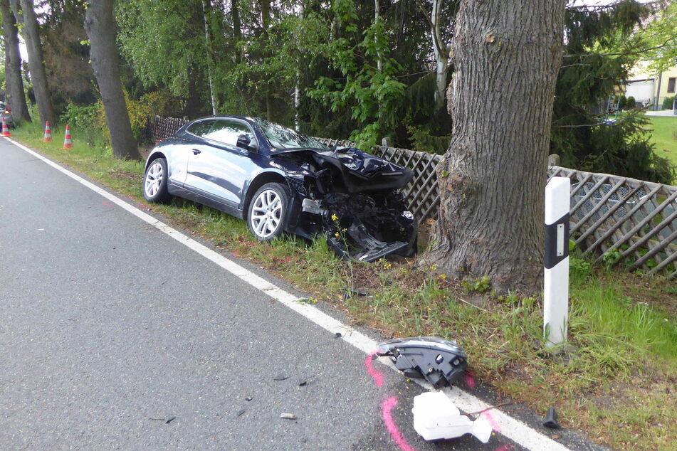 VW kracht gegen Baum: Zwei Schwerverletzte, darunter ein Kind