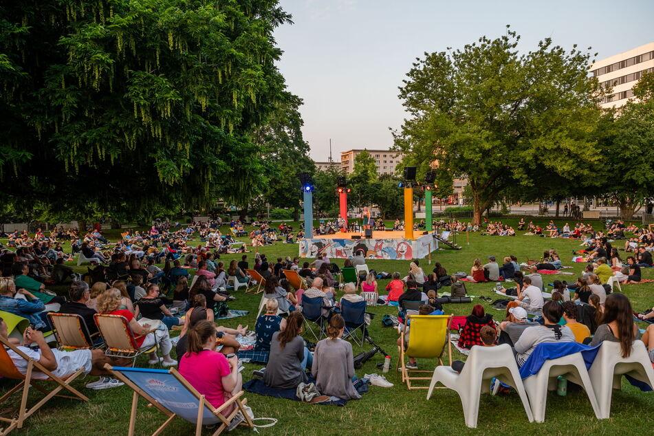 Die Menschen genießen den Sommer und die Lockerungen: Parksommer im Stadthallenpark Chemnitz.