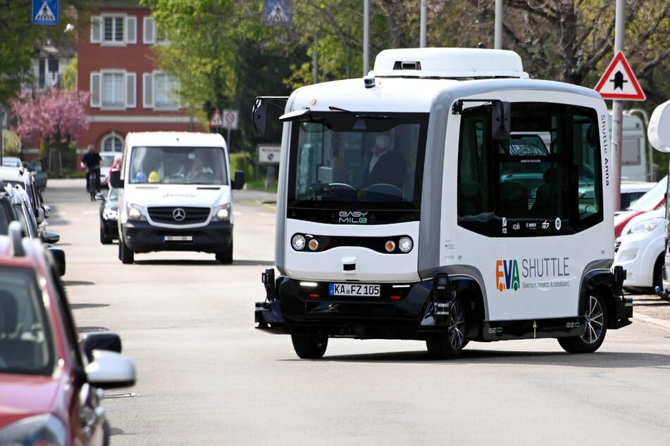 Die Mini-Busse in Karlsruhe rollen nicht auf einer vorgegebenen Strecke, sondern navigieren frei und auf Abruf; sie kommen beispielsweise auch vor die Haustür.