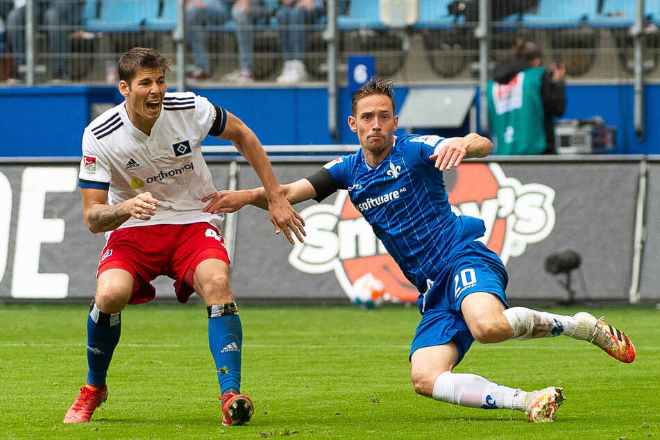 Jannik Müller (27, r., hier gegen den Hamburger Maximilian Rohr, 26) kam im Sommer aus der Slowakei nach Darmstadt.