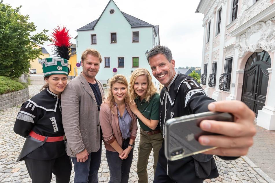 Die Darsteller vom Erzgebirgskrimi (v.l.: Esther Zimmering, Kai Scheve, Lara Mandoki, Teresa Weißbach und Tim Bergmann) haben gut Lachen, ihr Film holte den Quotensieg.