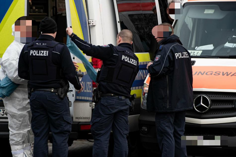 Einsatzkräfte der Polizei stehen an einem Tatort. (Symbolbild)