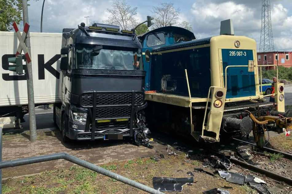 Der Lastwagen und der Güterzug standen nach dem Unfall parallel zueinander.