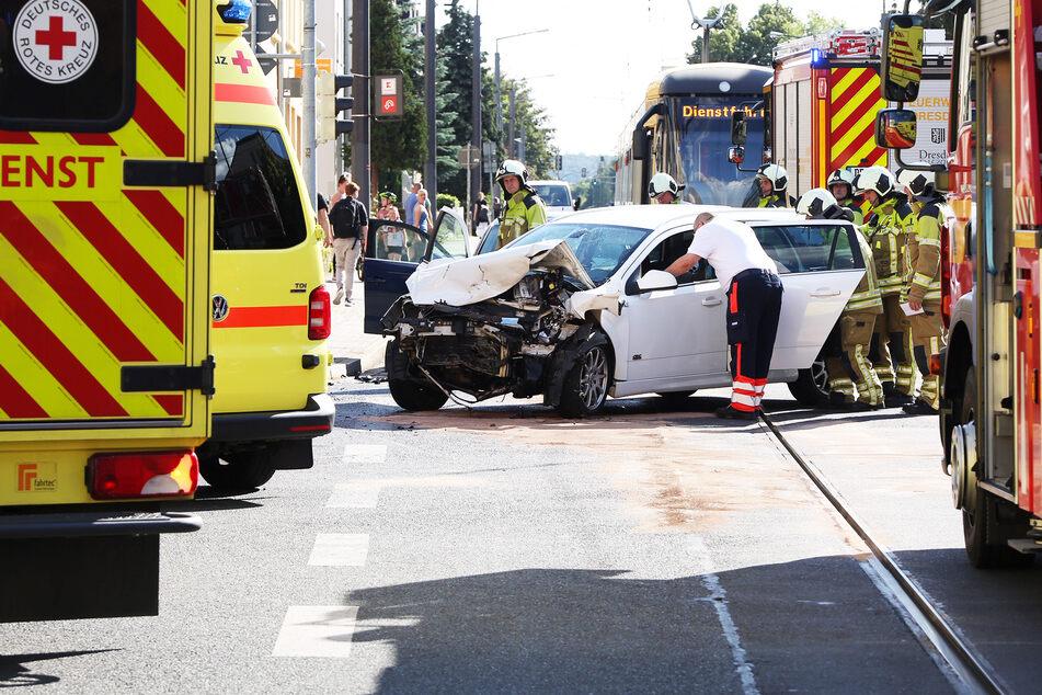 Schlimmer Unfall im Dresdner Süden: Fahrer im Krankenhaus