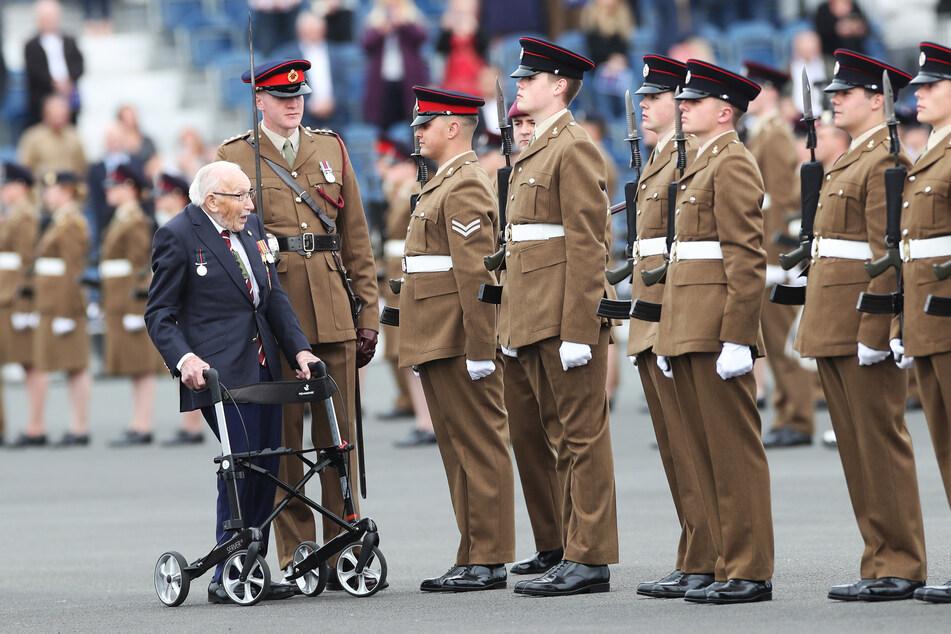 Sir Tom Moore bei dem Besuch einer militärischen Ausbildungseinrichtung. Der 100-Jährige rührte mit seiner Spendenaktionen die Herzen von Millionen von Menschen weltweit.