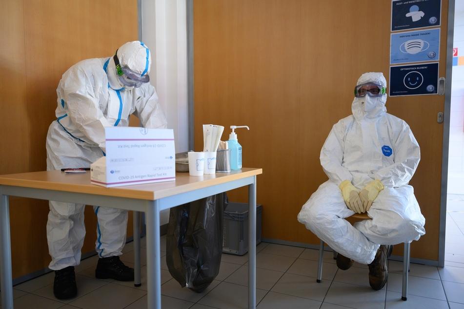 Mitarbeiter des Gesundheitsamtes bereiten sich auf den Massentest für Bewohner der Region vor.
