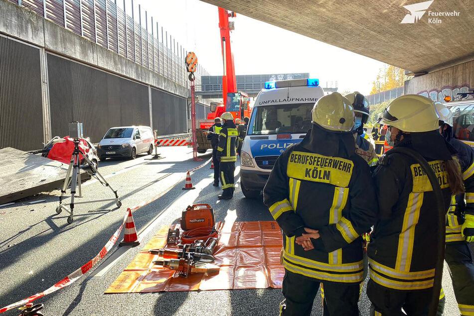 Die Feuerwehr musste die tonnenschwere Betonplatte mit einem Kran anheben.