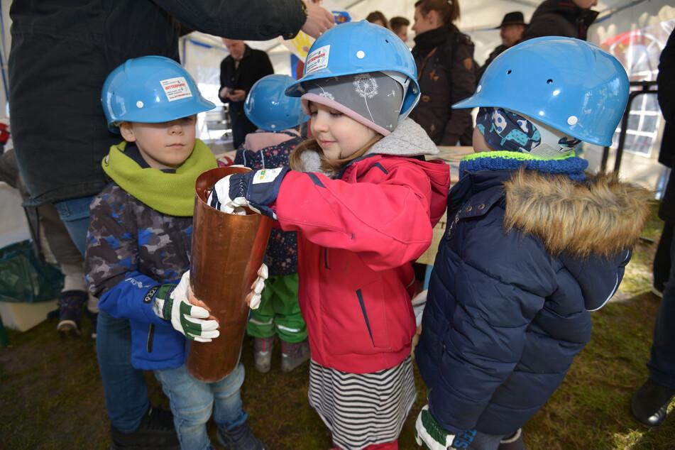 Bei der Grundsteinlegung für das Familienzentrum in Eckersbach bestückten Zwickauer Kita-Kinder eine Zeitkapsel.