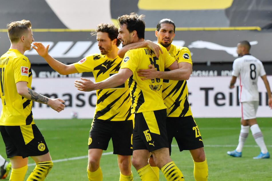 Marco Reus (l.), Thomas Delaney (2.v.l.) und Emre Can (r.) von Borussia Dortmund bejubeln den Treffer von Teamkollege Mats Hummels zum 1:1 gegen Eintracht Frankfurt.