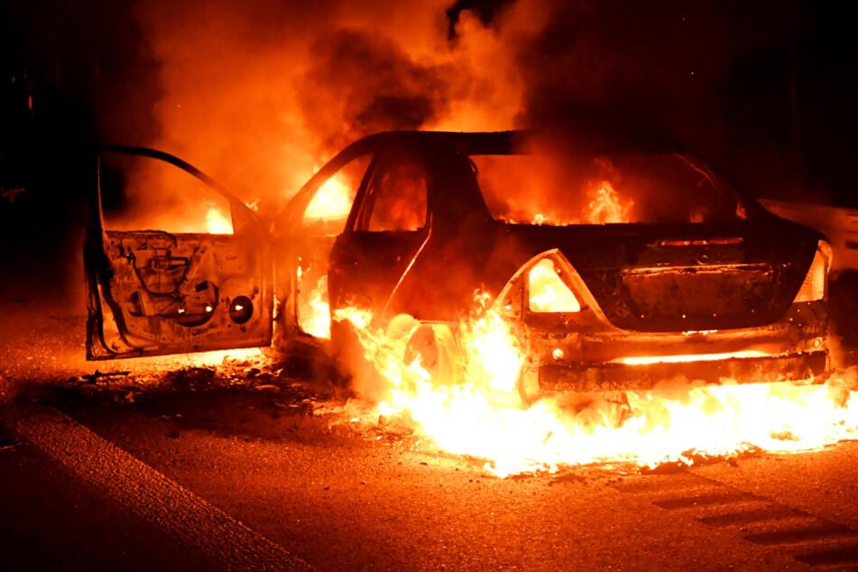 Flammen-Inferno! Mercedes fackelt auf der Autobahn vollständig ab