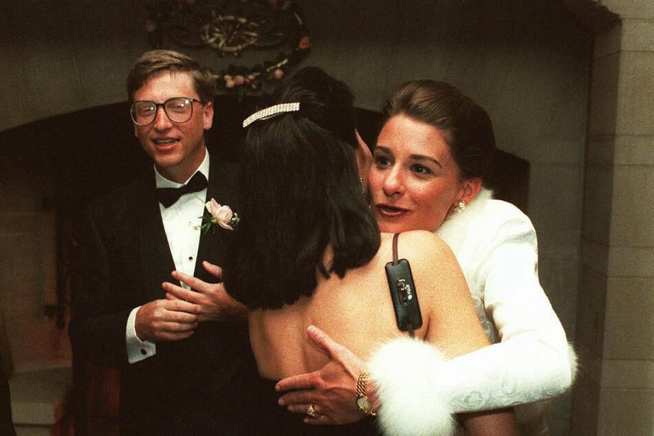 Bill Gates (l.) und Melinda (r.) bei Feierlichkeiten nach ihrer Hochzeit 1994. Schon damals wusste Melinda um den engen Kontakt ihres Mannes mit seiner Ex.