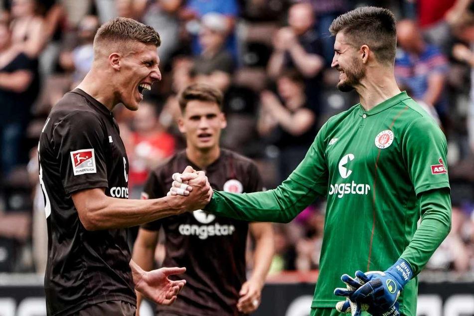 Jakov Medic (25) und Torhüter Nikola Vasilj (25) klatschen sich nach dem Sieg ab.