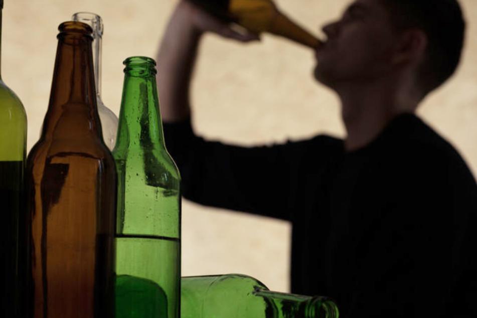 Mann schläft betrunken auf offener Straße ein: Nun droht ihm dieses harte Schicksal