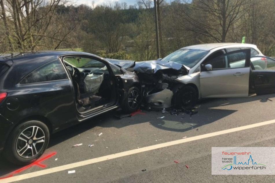 In Wipperfürth ist es am Freitagnachmittag zu einem schweren Unfall auf der B237 gekommen. Zwei Autos waren dort frontal zusammengestoßen.