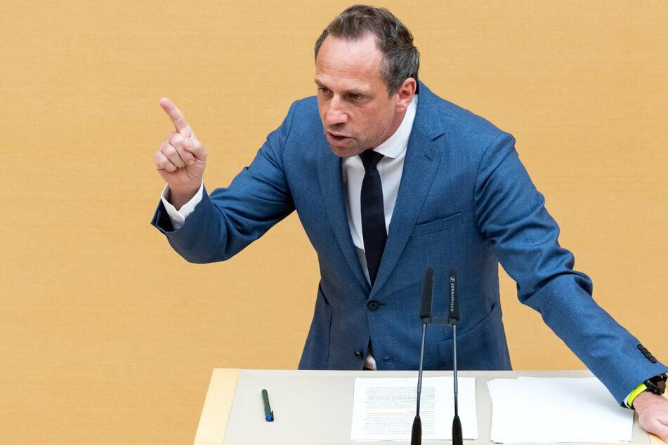 Bayerns Umweltminister Thorsten Glauber (50) will den dem Stillstand bei Windenergie entgegenwirken. (Archiv)