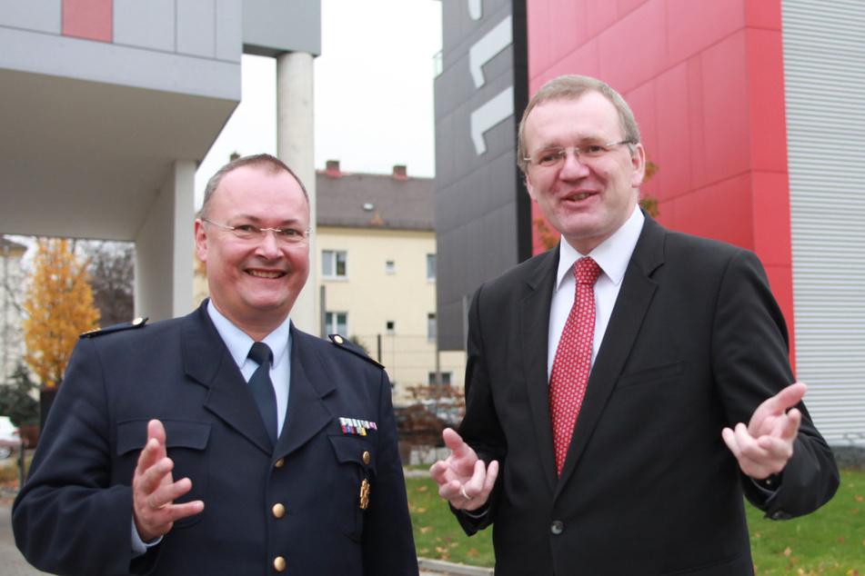 Dresdens Feuerwehrchef Andreas Rümpel (61, l.) und Ordnungsbürgermeister Detlef Sittel (53, CDU) müssen die Personalprobleme bei der Feuerwehr lösen.