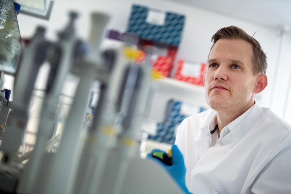 Hendrik Streeck, Direktor des Institut für Virologie an der Uniklinik in Bonn, steht in einem Labor seines Institutes. (Archivbild)