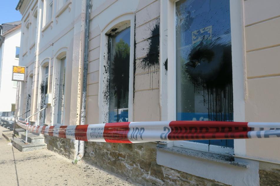 In der Nacht zu Samstag wurde ein Farbanschlag auf ein Abgeordnetenbüro in Schwarzenberg verübt.