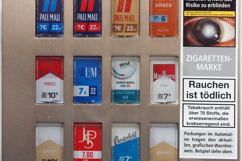 Diebe stehlen kompletten Zigaretten-Automaten